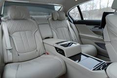 豪华汽车的内部,后座 免版税库存照片