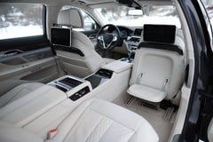 豪华汽车的内部,有私有司机的 库存照片