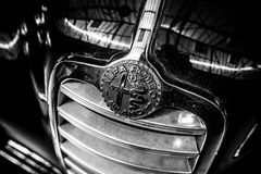 豪华汽车阿尔法・罗密欧6C 2500,特写镜头象征  免版税图库摄影