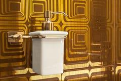 豪华泵浦肥皂瓶无在卫生间里 库存图片