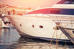 豪华海日落的停放的现代马达游艇小游艇船坞船坞 库存图片