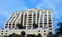 豪华海滩的公寓 免版税库存照片