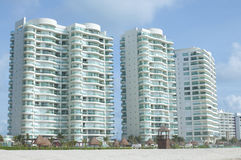 豪华海滩公寓房 免版税库存图片