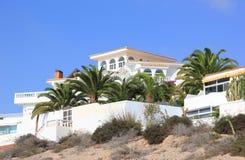 豪华海滩前的假日别墅。 图库摄影