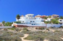 豪华海滩前的假日别墅。 免版税库存图片