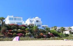 豪华海滩前的假日别墅。 库存图片