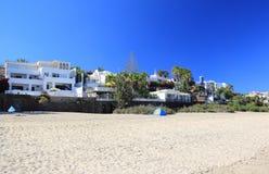 豪华海滩前的假日别墅。 免版税图库摄影
