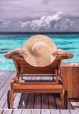 豪华海滩胜地的妇女 免版税库存照片