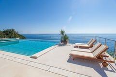 豪华游泳池和大海 免版税库存照片