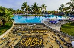 豪华游泳池和旅馆地面华美的邀请的看法在热带庭院里 库存照片