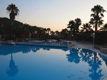 豪华游泳池和棕榈在太阳的热带旅馆里 库存照片