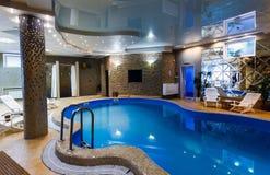 豪华游泳池在一家现代旅馆里 免版税图库摄影