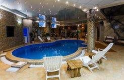 豪华游泳池在一家现代旅馆里 免版税库存照片