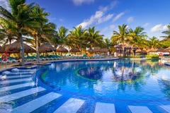 豪华游泳池风景在墨西哥 免版税库存照片