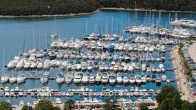 豪华游艇和在海港靠码头的帆船 免版税图库摄影
