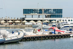 豪华游艇和小船在口岸 免版税库存照片