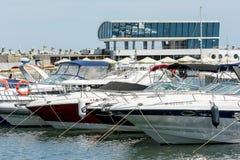 豪华游艇和小船在口岸 图库摄影