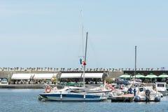 豪华游艇和小船在口岸 免版税库存图片