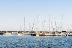 豪华游艇和小船在巴伦西亚口岸在地中海 库存图片