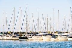 豪华游艇和小船在巴伦西亚口岸在地中海 免版税库存图片