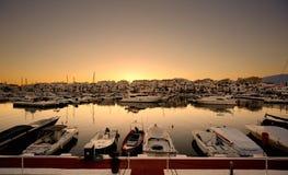 豪华游艇和汽船在Puerto Banus小游艇船坞停泊了在马尔韦利亚,西班牙 免版税库存照片