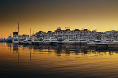 豪华游艇和汽船在Puerto Banus小游艇船坞停泊了在马尔韦利亚,西班牙 免版税图库摄影