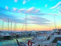 豪华游艇和风船在日落的海口 现代汽船海洋停车处在利古里亚,意大利 免版税库存照片