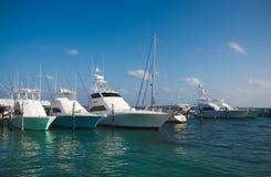 豪华游艇在加勒比海的小游艇船坞停泊了 图库摄影
