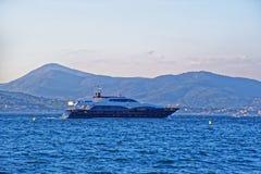 豪华游艇在圣特罗佩港口 免版税库存照片