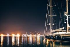 豪华游艇在拉斯佩齐亚在与反射的晚上在水中 库存图片
