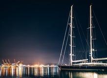 豪华游艇在拉斯佩齐亚在与反射的晚上在水中 免版税库存图片