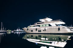 豪华游艇在拉斯佩齐亚在与反射的晚上怀有在wa 免版税图库摄影