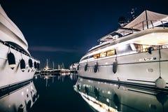 豪华游艇在拉斯佩齐亚在与反射的晚上怀有在wa 免版税库存图片