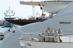 豪华游艇在干船坞 免版税图库摄影