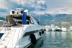 豪华游艇在海港口运送靠近山风景 免版税库存照片