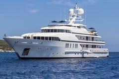 豪华游艇在海运 免版税库存图片