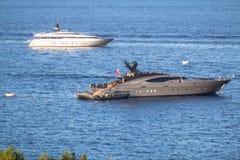 豪华游艇在海运 库存图片