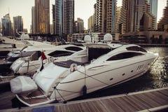 豪华游艇在迪拜小游艇船坞海湾的码头停放了有城市视图 库存图片