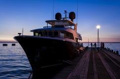 豪华游艇在阿纳帕在与反射的晚上怀有在水中 俄国 免版税库存照片