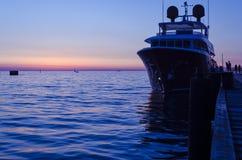 豪华游艇在阿纳帕在与反射的晚上怀有在水中 俄国 库存图片