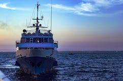 豪华游艇在阿纳帕在与反射的晚上怀有在水中 库存照片