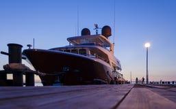 豪华游艇在阿纳帕在与反射的晚上怀有在水中 免版税库存照片