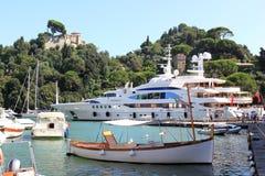 豪华游艇在Portofino意大利港口  免版税库存照片