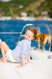 豪华游艇的小女孩有爱犬的 免版税图库摄影