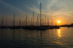 豪华游艇的美丽的口岸在设置的summ的光芒 库存图片