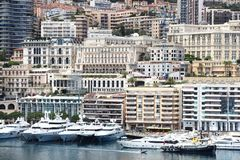 豪华游艇行沿里维埃拉的在摩纳哥港口 免版税库存图片