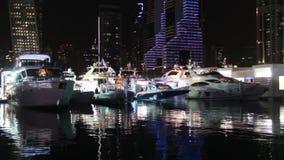 豪华游艇靠码头在迪拜小游艇船坞在晚上 股票录像