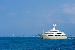 豪华游艇mediteranean海运撒丁岛 库存照片