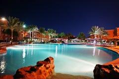 豪华热带加勒比手段的游泳池在晚上 免版税库存图片