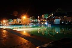 豪华热带加勒比手段的游泳池在晚上 图库摄影